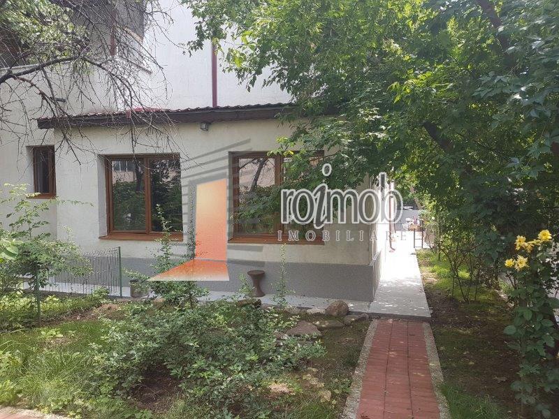 Parter de vila cu 6 camere, intrare separata, curte, garaj, Casin