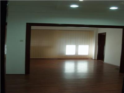 Apartament 3 camere, etajul 1/4, zona Romana