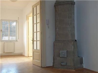 Parter de vila burgheza, 3 camere spatioase, 80 mp