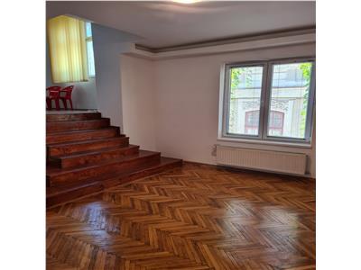 Unirii, 4 camere, deosebit, intrare separata, scara interioara, gradina.